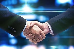 a bar owner shaking hands with an entertainment insurance broker to dicsuss liquor liability insurance and its impact
